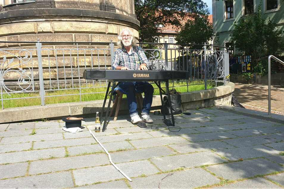 Christian Mögel spielt in Loschwitz auf seinem Keyboard. Das ist für ihn ein wenig Elbhangfest. Auch am Sonntag will er spielen.