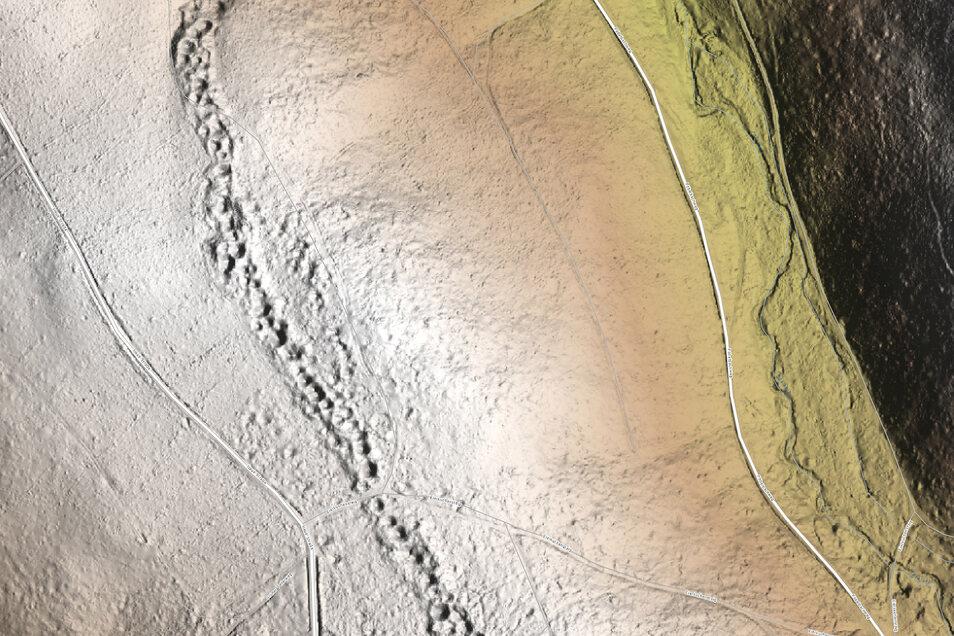 Dieses digitale Geländemodell zeigt den Höhenrücken zwischen dem Pöbelbach und der Wilden Weißeritz. Die Löcher im Boden sind heute im Wald verborgen. Dort war einst eine Bergbausiedlung.