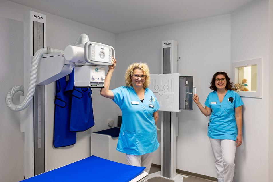 Chris Kunath (links) und Sarah Tost arbeiten im Röntgenraum. Ein neuer Apparat liefert qualitativ bessere Bilder als das Vorgängermodell in der alten Praxis.