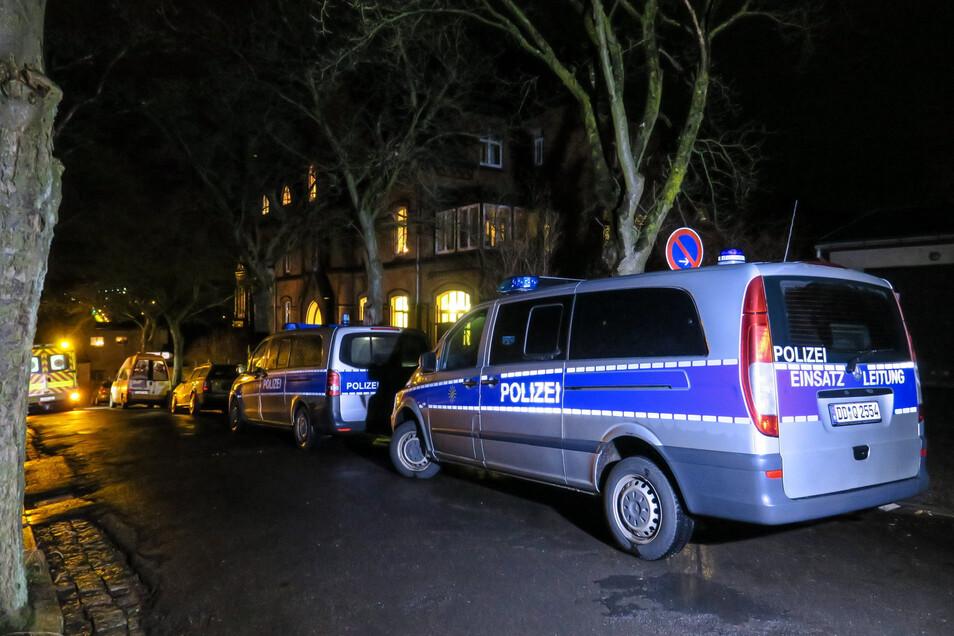 Polizei und Rettungsdienst  vor dem Pfarramt der St. Nikolai-Kirchgemeinde in Aue.