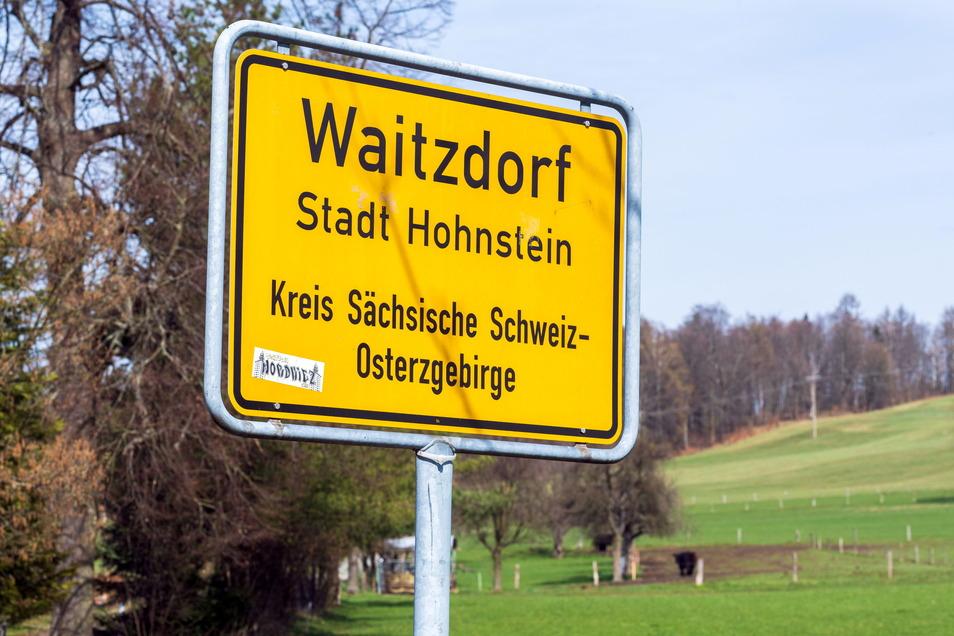 Im beschaulichen Waitzdorf bei Hohnstein soll ein Parkplatz gebaut werden. Doch so einfach ist das nicht.
