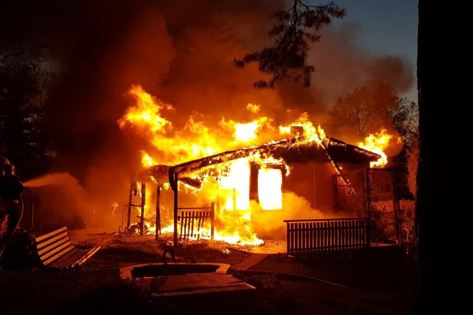 Der Bungalow brannte komplett aus.