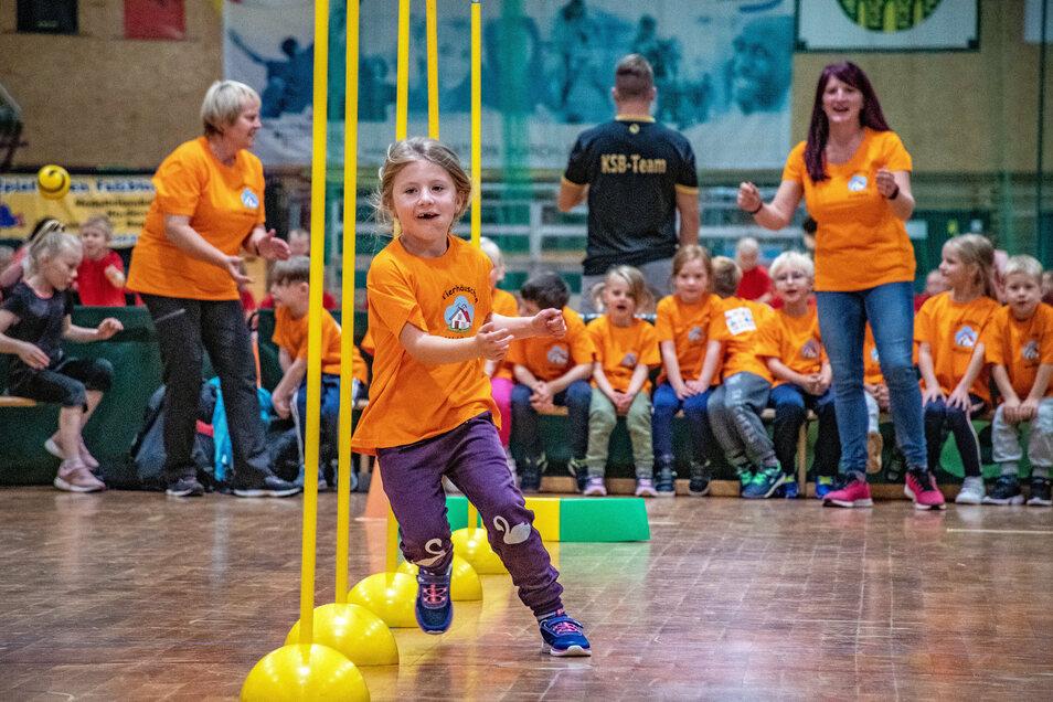 Anna und die anderen Mädchen und Jungen der Kita Tierhäuschen aus Waldheim hatten viel Spaß bei den Wettkämpfen des Kita Team Cups.