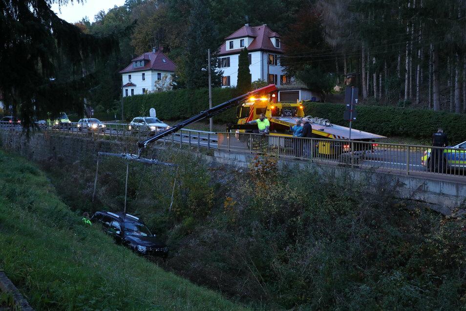 Mittels schwerem Gerät wurde der Dacia aus dem Schloitzbach gehievt.