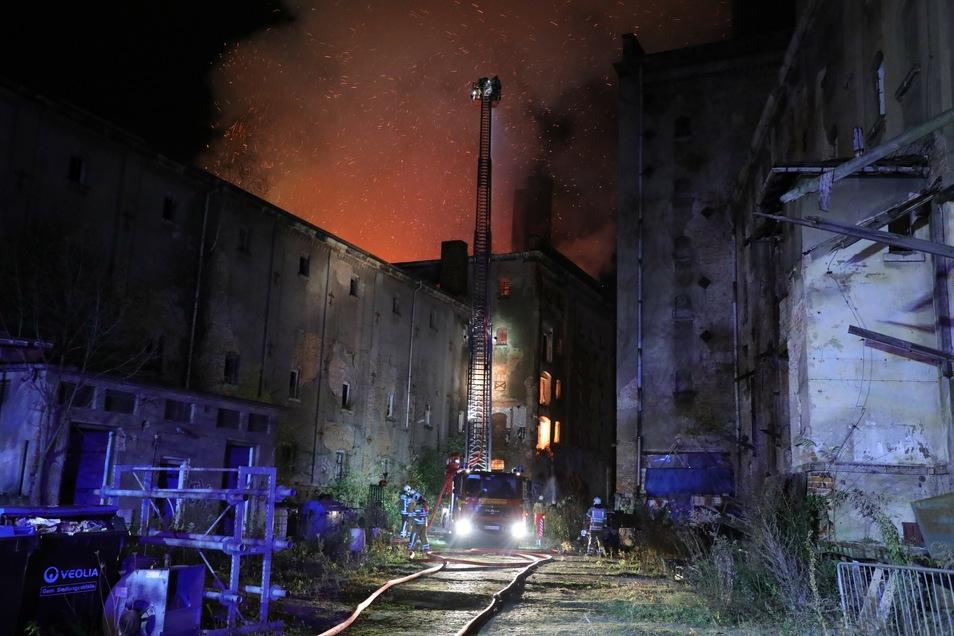 Die Feuerwehr musste das einsturzgefährdete Gebäude von Außen löschen.