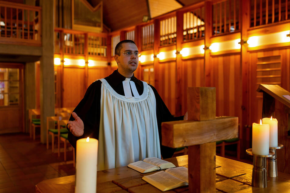 Pfarrer David Keller betet in der leeren Kirche in Altenberg.