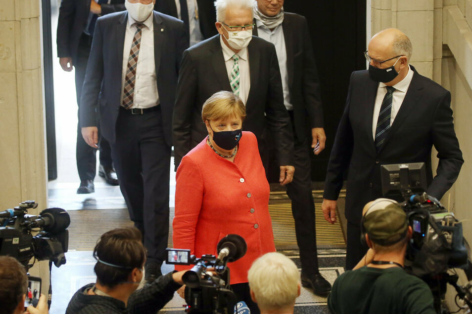 Mit Mund- und Nasenschutzmaske betritt Bundeskanzlerin Angela Merkel (CDU) den Bundesrat. Die Bundeskanzlerin hielt eine Rede zu Zielen der EU-Ratspräsidentschaft.