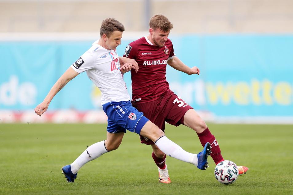 Dynamo Dresden führt 1:0 gegen den KFC Uerdingen. Hier gewinnt Christoph Daferner den Zweikampf gegen Uerdingens Edvinas Girdvainis.
