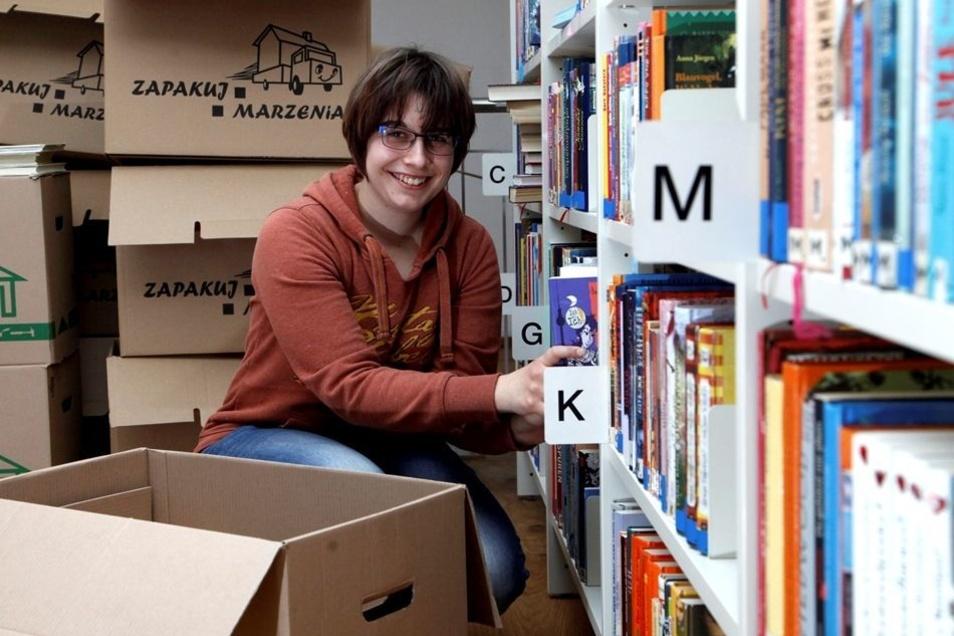 Zupackend: Praktikantin Antje Schäfer sortiert die Bücher, die in Kartons aus der Sachsenstraße kommen, in die neuen Regale ein. In die Sanierung des Hauses am Altmarkt sind rund 3Millionen Euro geflossen, dazu kam noch neue Ausstattung. Fotos: Rafael Sam