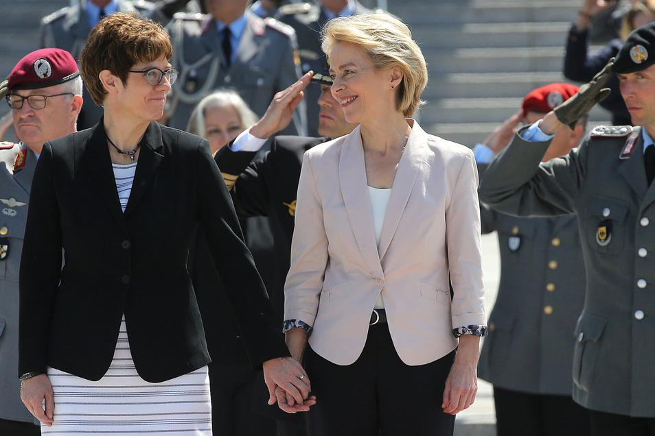 Hand in Hand stehen Ursula von der Leyen und Annegret Kramp-Karrenbauer bei der Amtseinführung im Bundesverteidigungsministerium zusammen.