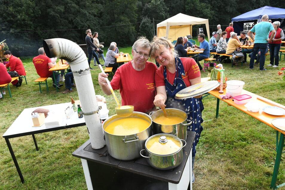 Leckere Kürbissuppe tischten die Mitglieder des Feuerwehrvereins Naunhof-Beiersdorf beim 10. Kürbisfest auf.