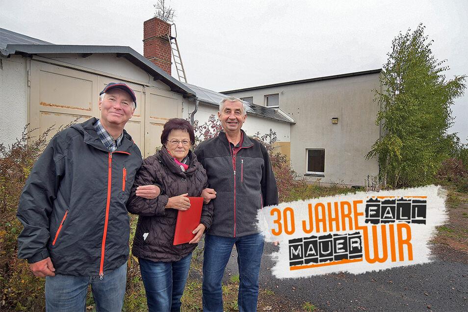Annegret Klausner (Mitte), Wolfgang Haubold (li.) und Dietmar Dugas waren einst Mitarbeiter beim VEB BMK Süd. An der Feldstraße in Döbeln steht noch der ehemalige Kulturraum des Betriebs, der nach der Wende umgebaut worden ist.