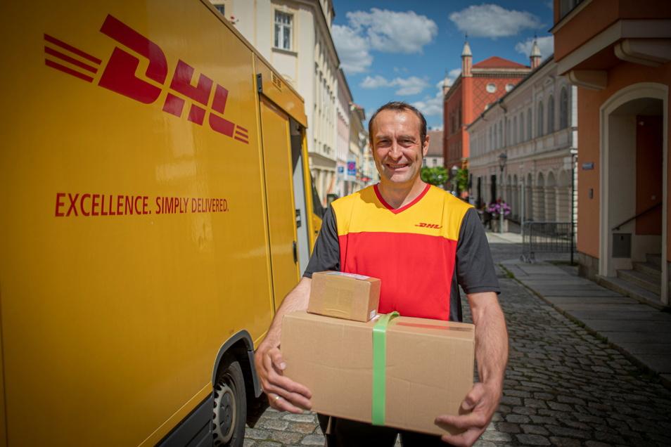 Marco Maschke kennen in der Kamenzer Altstadt alle. Der immer fröhliche DHL-Paketbote ist seit dreieinhalb Jahren hier unterwegs - und macht für seine Kunden vieles möglich.