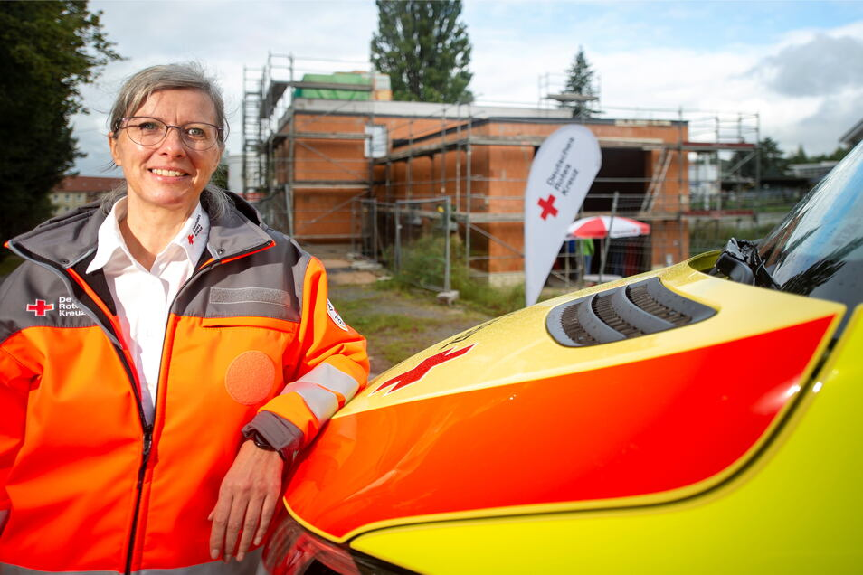 Ilka Pohl, Vorstandschefin des DRK-Kreisverbandes Pirna, vor der neuen Rettungswache: Im Frühjahr 2022 soll sie in Betrieb gehen.