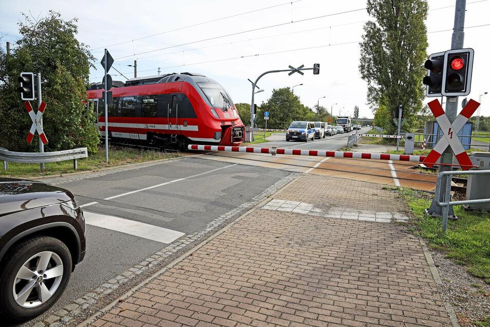 Dieses rote Licht am Bahnübergang Zeithain funktioniert noch - aber ein Weiteres ist kaputt. Das führte am Donnerstag zu langen Wartezeiten für Autofahrer - und Verzögerungen im Bahnverkehr.