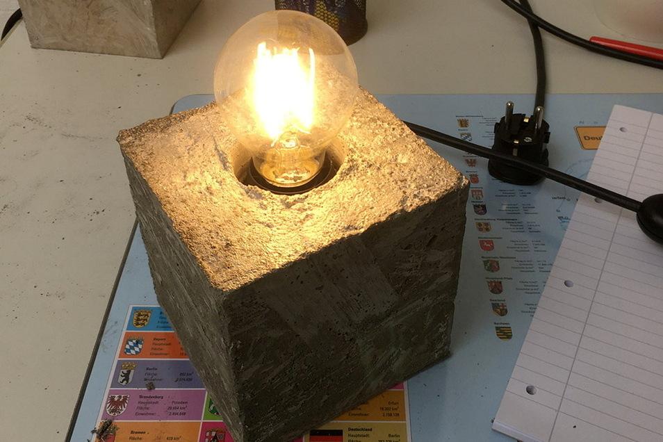 Das fertige Ergebnis: eine Design-Lampe, wie sie unter Anleitung durch verschiedene Handwerker in Riesa gebaut wird.