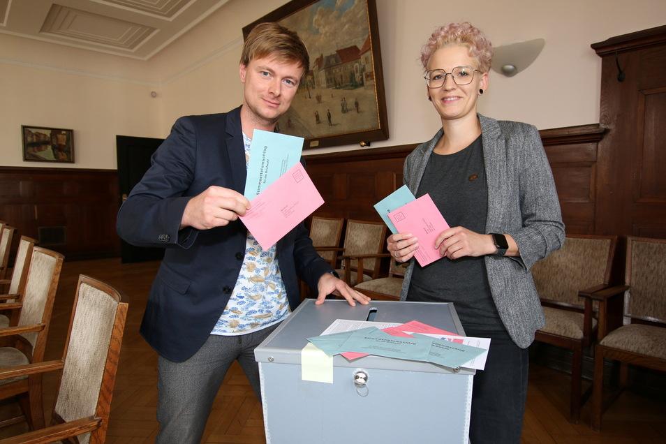 Wahlleiterin Natali Möckel und ihr Stellvertreter Andy Scharf stehen an einer der Urnen, in denen die Wahlbriefe bis zur Auszählung aufbewahrt werden. Die können verschlossen und versiegelt werden.