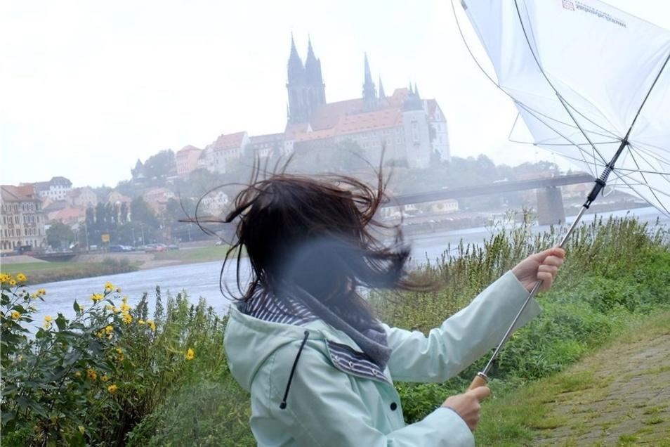 Wem es nur den Regenschirm umstülpte, der hatte am Donnerstag Glück: Das Sturmtief Xavier brach auch Äste ab und kostete in anderen Teilen Deutschlands sogar Menschenleben.
