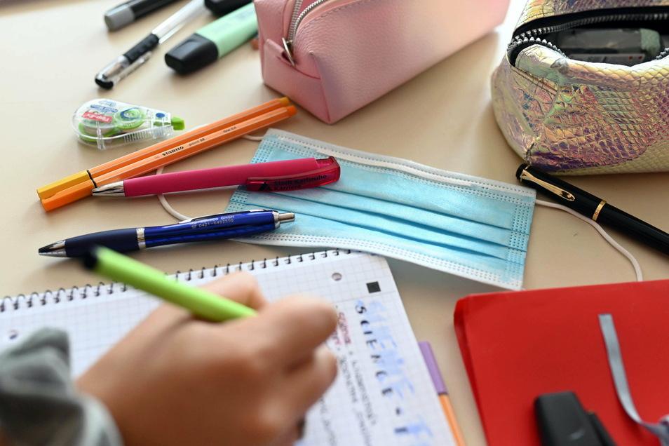 Weiterführende Schulen sollen erst im April wieder öffnen. Für viele Familien ist das ein großes Problem.
