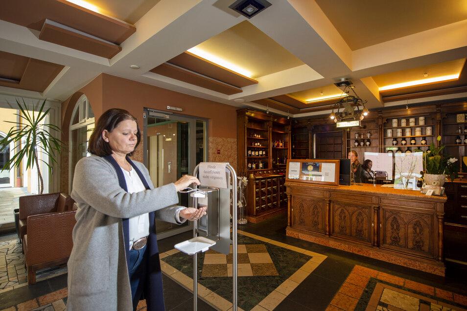 Gleich im Foyer – wer hier rein will, muss sich die Hände desinfizieren, sagt Hotelbetreiberin Petra Paul.