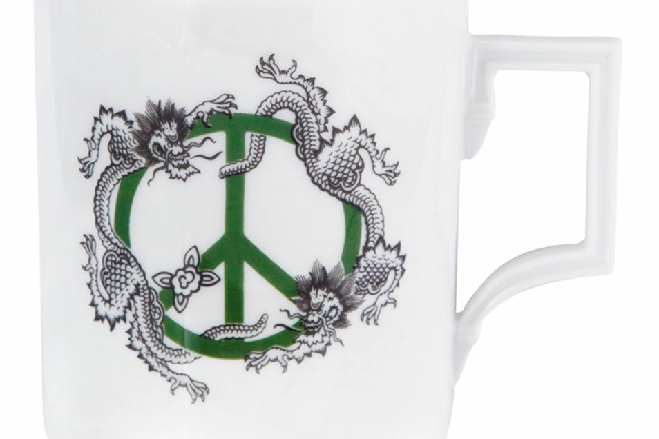 Das fast 300 Jahre alte Dekor des Ming Drachens triff das 60 Jahre alte Peace-Zeichen.