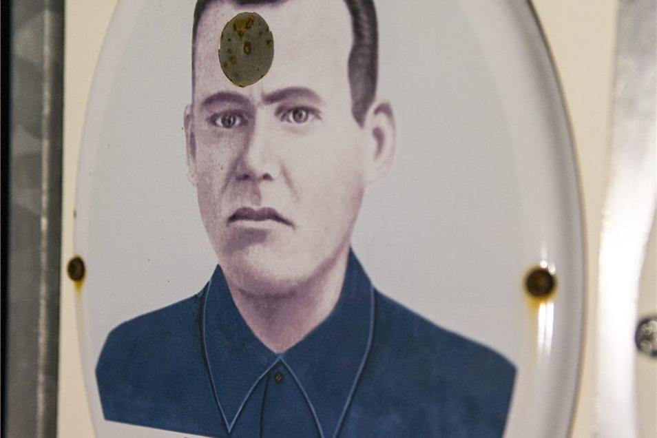Beim Vorfall waren Gedenktafeln russischer Soldaten beschossen worden.