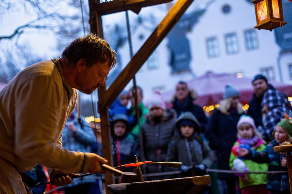 Der Freitaler Schlossadvent auf Burgk ist seit Jahren sehr beliebt. Menschen wie Schmied Matthias Sengenberger machen den Markt zu einem Erlebnis. Doch in diesem Jahr bekommt das Foto eine ganz besondere Symbolkraft. Keiner will sich am heißen Eisen der
