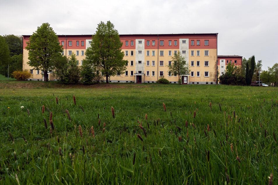 Der Wohnblock am Lärchenweg 5 bis 8 in Großdrebnitz wird abgerissen. Dort und auf einem Teil der angrenzenden Wiese entsteht das neue Feuerwehrgerätehaus. Der zweite Block der Wohnungswirtschaft und Bau GmbH im Bischofswerdaer Ortsteil bleibt stehen und w