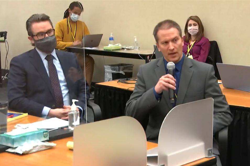 Derek Chauvin (r.) mit seinem Anwalt Eric Nelson während des Prozesses Ende März.