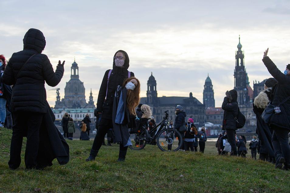 Auch viele andere Teilnehmerinnen hatten Frisierpuppen mit Mundschutz mitgebracht.