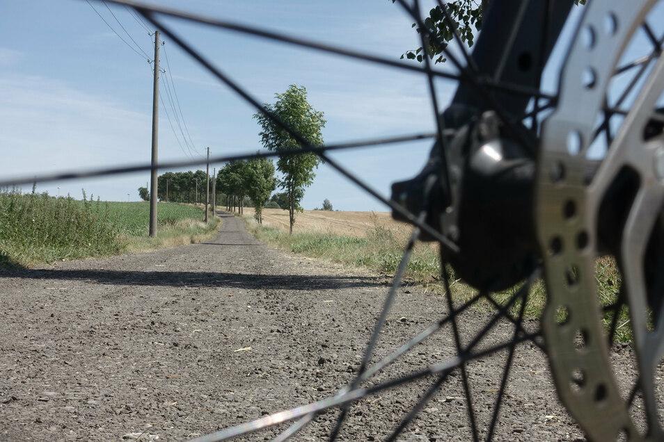 Der Bauhof hat die Oberranschützer Straße in Richtung Gewerbegebiet Döbeln Ost für Radfahrer befahrbar gemacht. Das aufgeschüttete Fräsgut soll noch nachbehandelt werden.