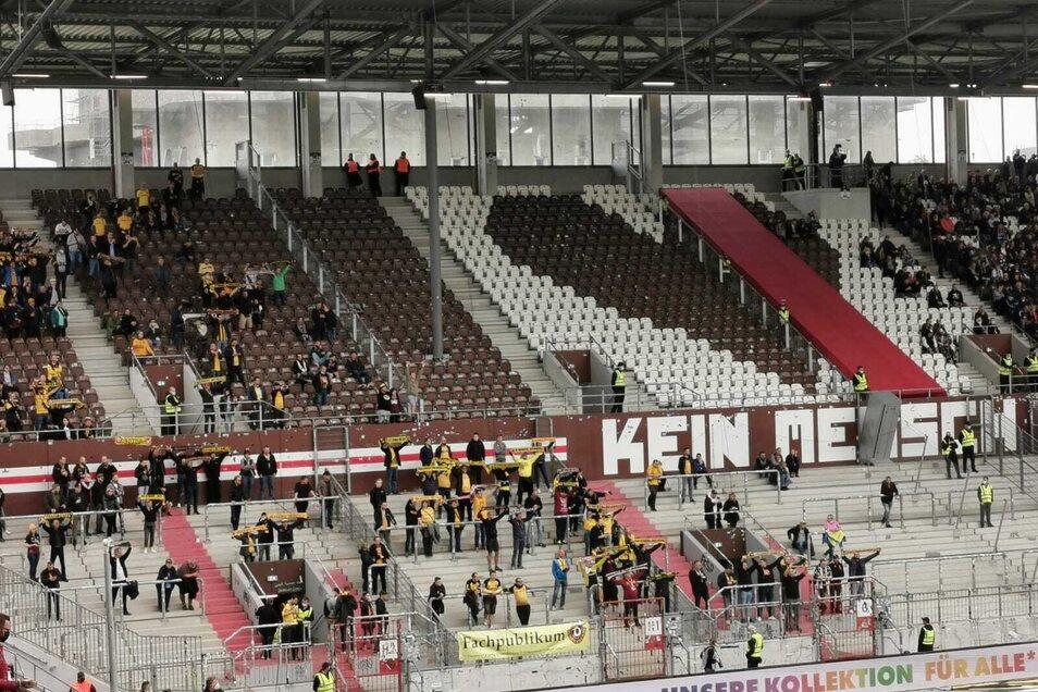 """Es sind nicht viele Dynamo-Anhänger im Gästeblock. Sie singen die Dynamo-Hymne """"Wir sind der 12. Mann"""", die vor dem Spiel im Millerntor-Stadion abgespielt wurde."""