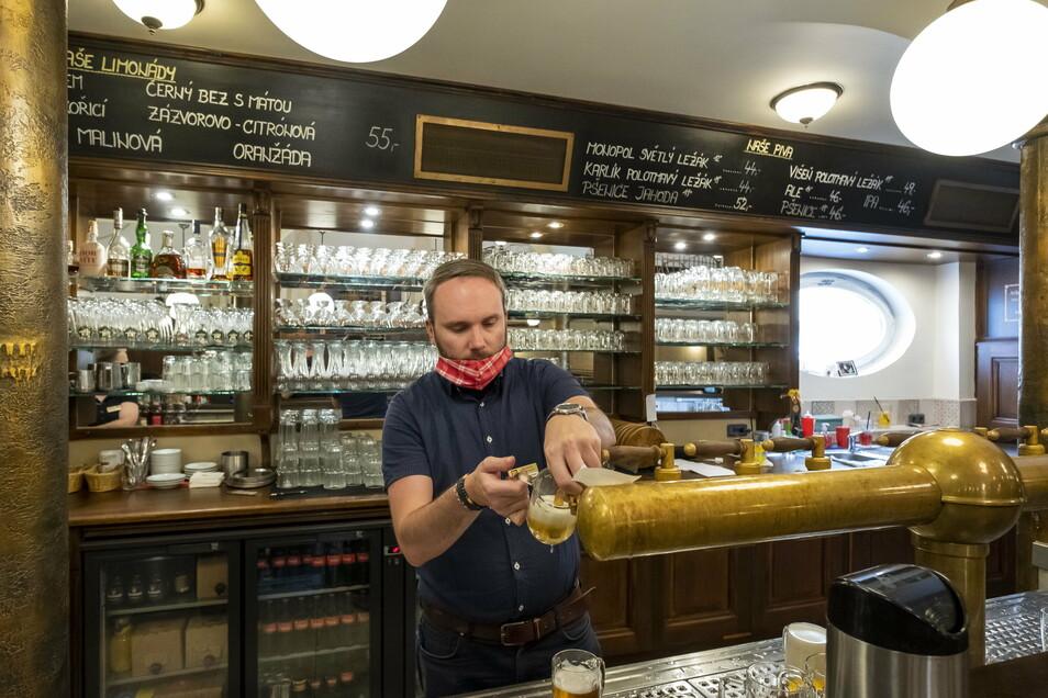 Das Bier fließt wieder im Restaurant und Brauerei Monopol in Teplice. Doch wie lange darf das so sein?