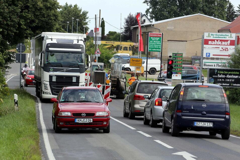 Engstelle zwischen Pulsnitz und Kamenz: Nur einspurig ist derzeit die Bahnhofsstraße im Haselbachtaler Ortsteil Gersdorf zu befahren. Eine Ampel regelt den Verkehr.