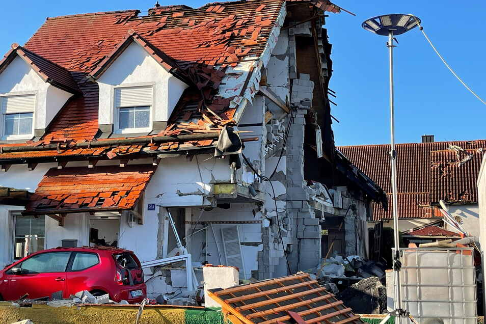 Bayern, Rohrbach: Nach der Explosion eines Wohnhauses ist das Nachbarhaus von Beschädigungen schwer gezeichnet. Das Haus, in dem die Explosion passierte, brach zusammen.