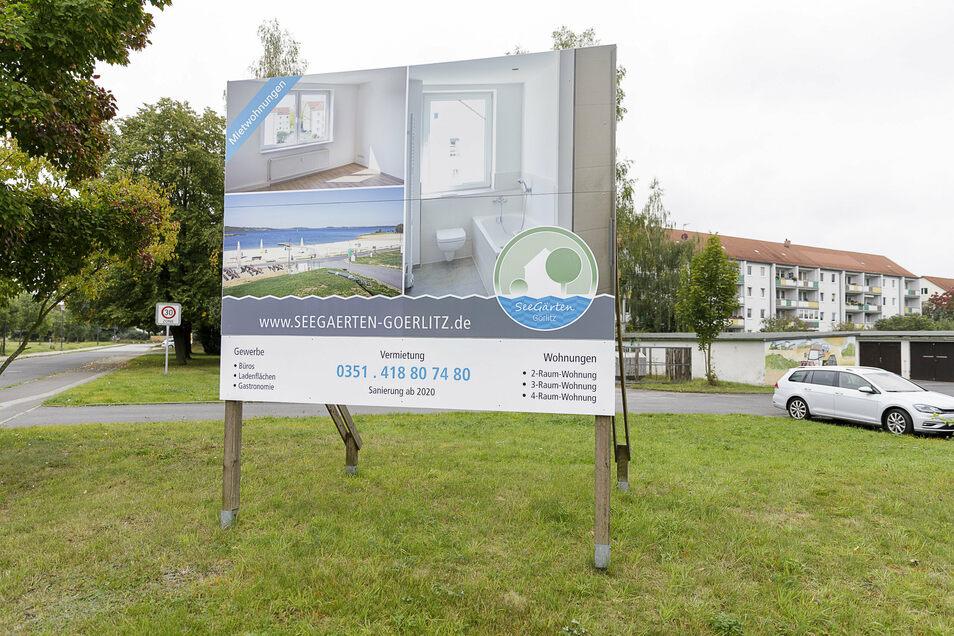 Die Zukunft Hagenwerders? Ein Werbeschild an der B 99 wirbt für Wohnungen und 1-A-Seelage. Damit kann es Hagenwerder schaffen, immer mehr junge Leute anzuziehen.