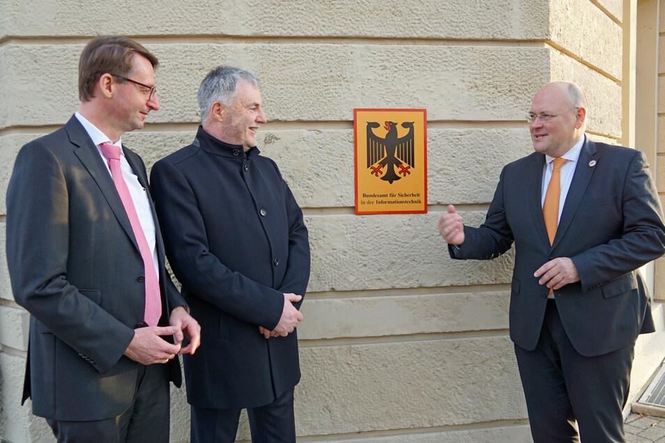 Sachsens Innenminister Roland Wöller (CDU) links, Oberbürgermeister Uwe Rumberg (CDU) und der Präsident des BSI Arne Schönbohm eröffneten im Dezember 2019 das erste Büro des Bundesamtes in Freital - im City Center in Deuben.