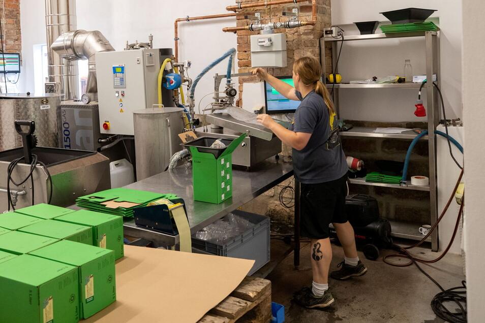 Der Saft wird nach dem Erhitzen von Veronika Neumann in Packungen abgefüllt und zur Abholung für die Kunden bereitgestellt.