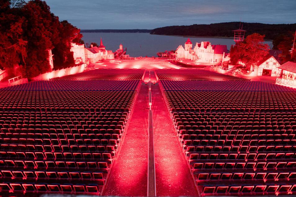 In Mecklenburg-Vorpommern wurde etwa die Bühne der Störtbeker-Festspiele beleuchtet.