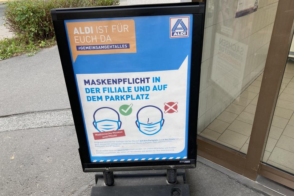 Dieses Schild am Eingang des Aldi-Marktes in Löbau weist die Kunden auf die Maskenpflicht hin.