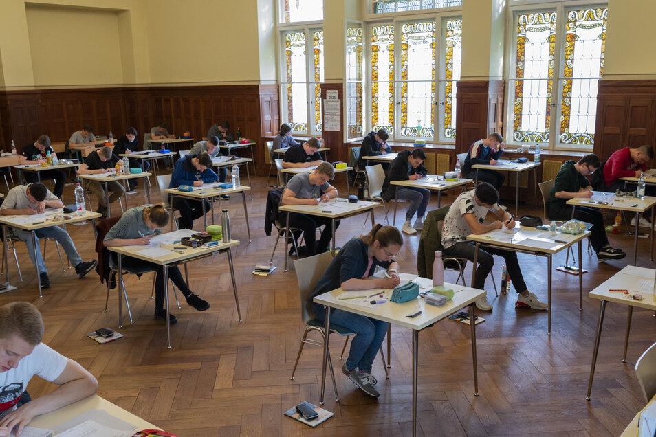 Die Aula im Städtischen Gymnasium, Haus Planck, war groß genug, um am Freitag alle Prüflinge im Fach Physik zu fassen.