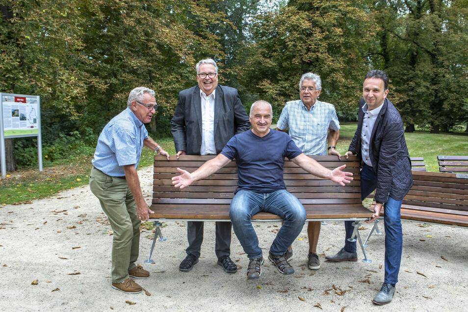 Andreas Näther hebt ab: Gemeinsam mit seinen Stadtratskollegen Manfred Kuge (l.) und Kurt Hähnichen (2.v.r.) hatte er die Idee, mithilfe von Spendern neue Sitzbänke für Riesa zu ermöglichen. OB Müller (r.) und Politiker Mackenroth finden's gut.