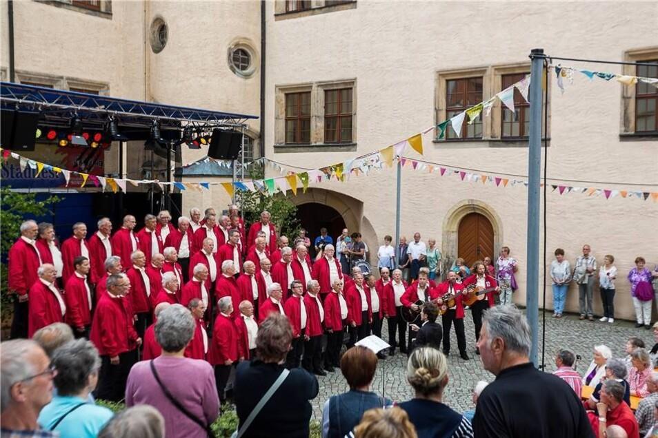 Nur noch Stehplätze waren im Dippser Schlosshof zu bekommen, als dort am Sonnabend der Bergsteigerchor Kurt Schlosser gesungen hat.