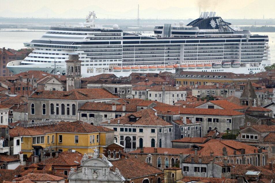Ein Kreuzfahrtschiff navigiert im Canale della Giudecca in Venedig (Italien).
