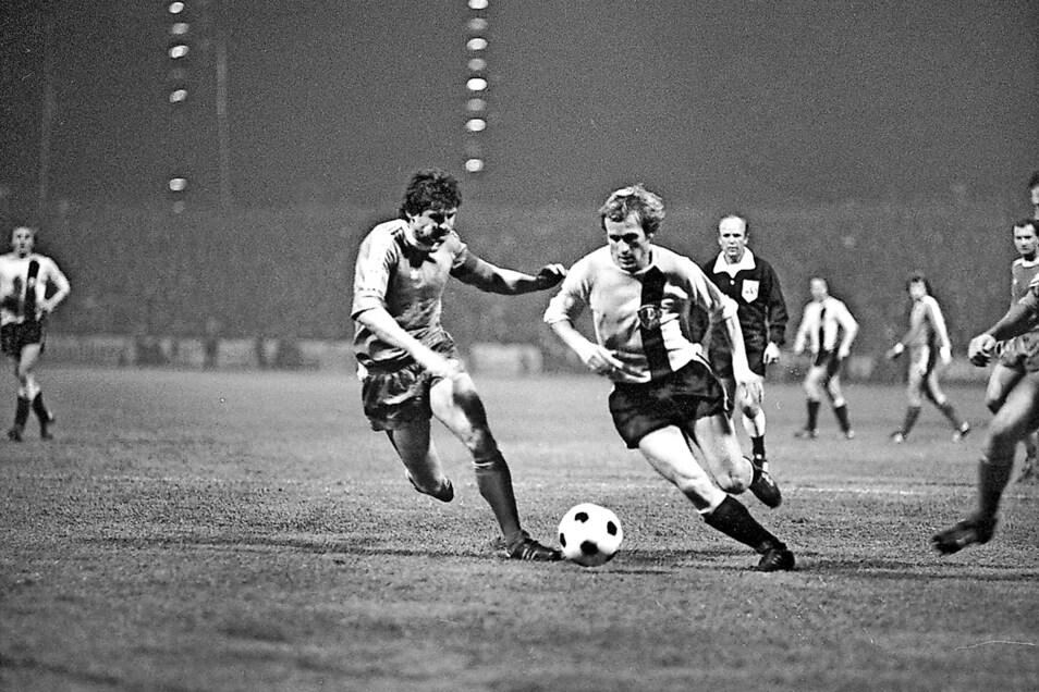 Gert Heidler (r.), wie ihn die Fans kennen. Im Europacup gegen Ferencváros Budapest setzt er sich im Zweikampf durch. Beim 4:0 erzielte er den ersten Treffer.