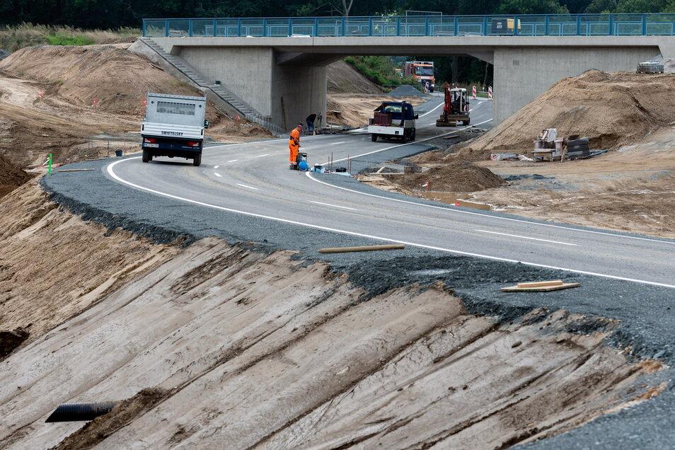 Die verlegte Straße, die in Eschdorf unter der Brücke der neuen Ortsumgehung hindurchführt.