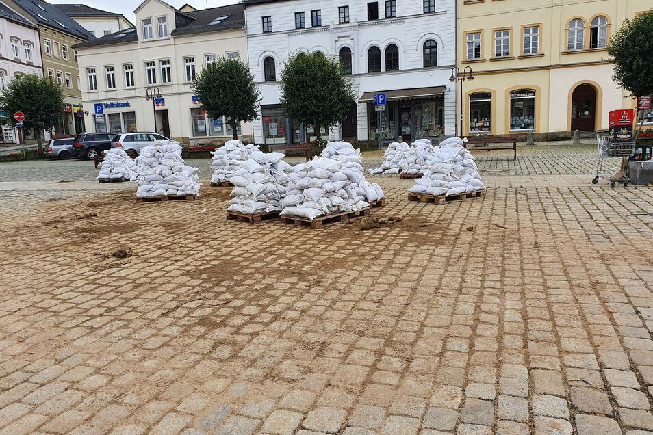 Wo Stunden vorher die Sandsäcke gefüllt wurden, können sie wieder abgegeben werden. Sammelstelle für gebrauchte Sandsäcke auf dem Sebnitzer Marktplatz.