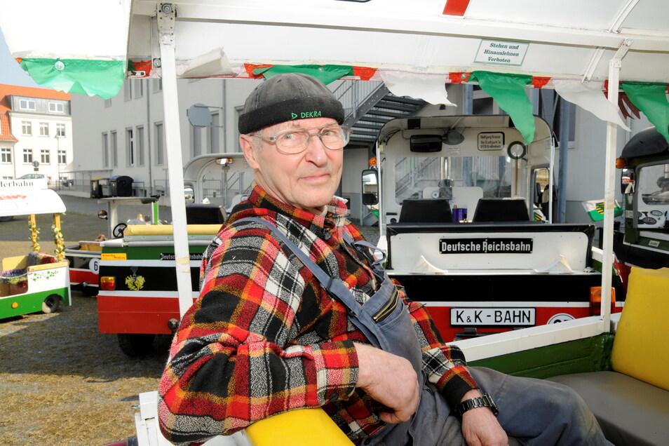Der damals 70-jährige Wolfgang Krause in seiner kleinsten Bahn, der Kinder-Bahn. Mit ihr und seinen anderen Gefährten sorgte er für viele unterhaltsame Momente in Großenhain und Umgebung.