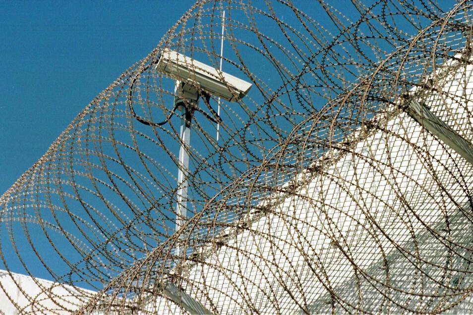 Die Dresdner JVA. Vier Bedienstete sollen gegenüber ausländischen Gefangenen handgreiflich geworden sein.