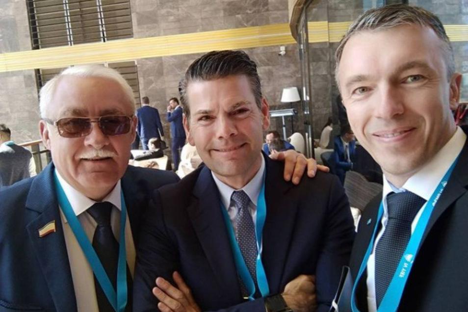 Seit 2014 ist Jebsen immer wieder in Russland und knüpft dort Kontakte. 2018 traf er sich mit dem AfD-Politiker Eugen Schmidt (r.) und dem russischen Abgeordneten Juri Gempel auf der Krim. Dort wollte er auch ein KenFM-Büro eröffnen.